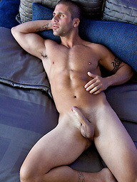 Hot muscled athlet Aaron posing naked