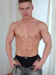 Muscled twink jacking off
