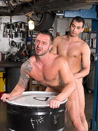 Two musced workers Justin Christopher and Martin Mazza fucking